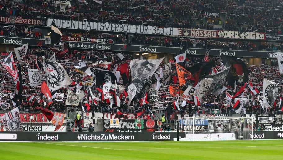 Die Frankfurter Fans unterstützen ihr Team auf der Nordwesttribüne