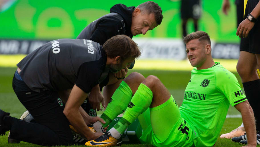 FRANKFURT AM MAIN, GERMANY - SEPTEMBER 30: Niclas Fuellkrug of Hannover is injured on the pitch during the Bundesliga match between Eintracht Frankfurt and Hannover 96 at Commerzbank-Arena on September 30, 2018 in Frankfurt am Main, Germany. (Photo by Juergen Schwarz/Bongarts/Getty Images)