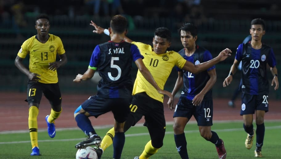 Malaysia's forward Shahrel Fikri Fauzi (C) fights for the ball with Cambodia's defender Soeuy Visal (L) and midfielder Sos Suhana (#12) during the AFF Suzuki Cup 2018 football match between Cambodia and Malaysia at the National Olympic Stadium in Phnom Penh on November 8, 2018. (Photo by TANG CHHIN Sothy / AFP)        (Photo credit should read TANG CHHIN SOTHY/AFP/Getty Images)