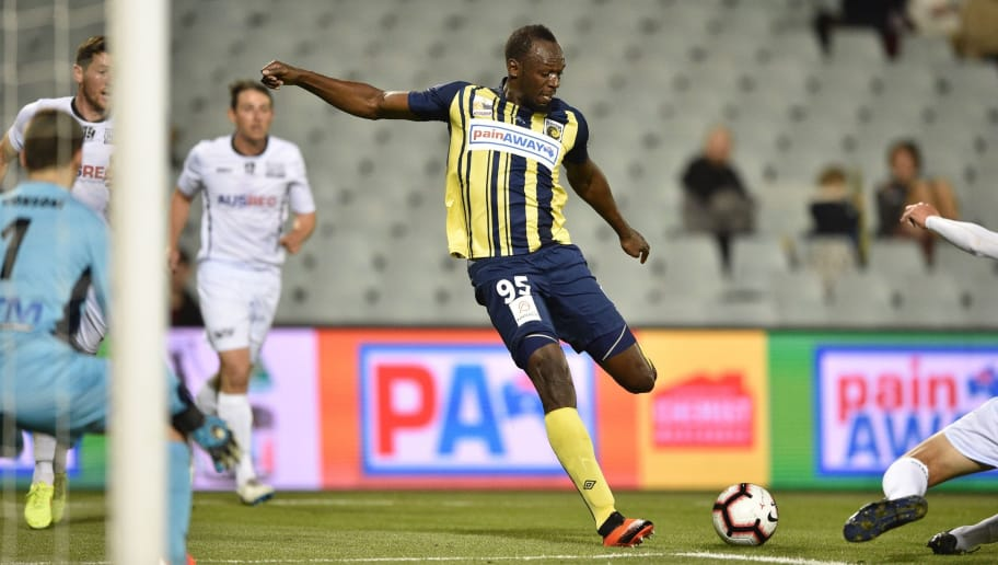 Olympic sprinter Usain Bolt (C) playing for A-League football club Central Coast Mariners takes a shot on goal against Macarthur South West United in his first competitive start for the club in Sydney on October 12, 2018. (Photo by PETER PARKS / AFP) / -- IMAGE RESTRICTED TO EDITORIAL USE - STRICTLY NO COMMERCIAL USE --        (Photo credit should read PETER PARKS/AFP/Getty Images)