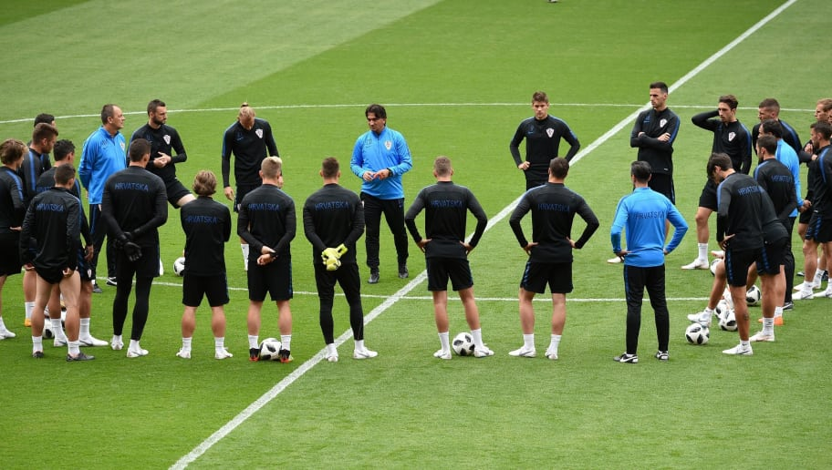 Brazil's head coach Tite (C) instructs Brazil's players at a training session at Anfield stadium in Liverpool on June 2, 2018, ahead their International friendly football match against Croatia. (Photo by Oli SCARFF / AFP)        (Photo credit should read OLI SCARFF/AFP/Getty Images)