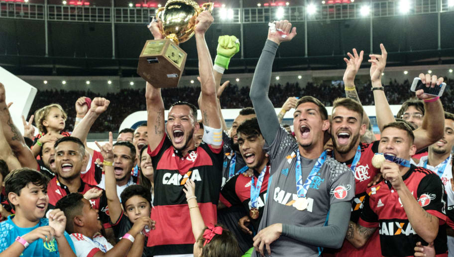 Rever of Brazil's Flamengo (C) holds the champions cup after winning against Fluminense the Copa Carioca football match at Maracana stadium in Rio de Janeiro, Brazil, on May 7, 2017.  / AFP PHOTO / YASUYOSHI CHIBA        (Photo credit should read YASUYOSHI CHIBA/AFP/Getty Images)