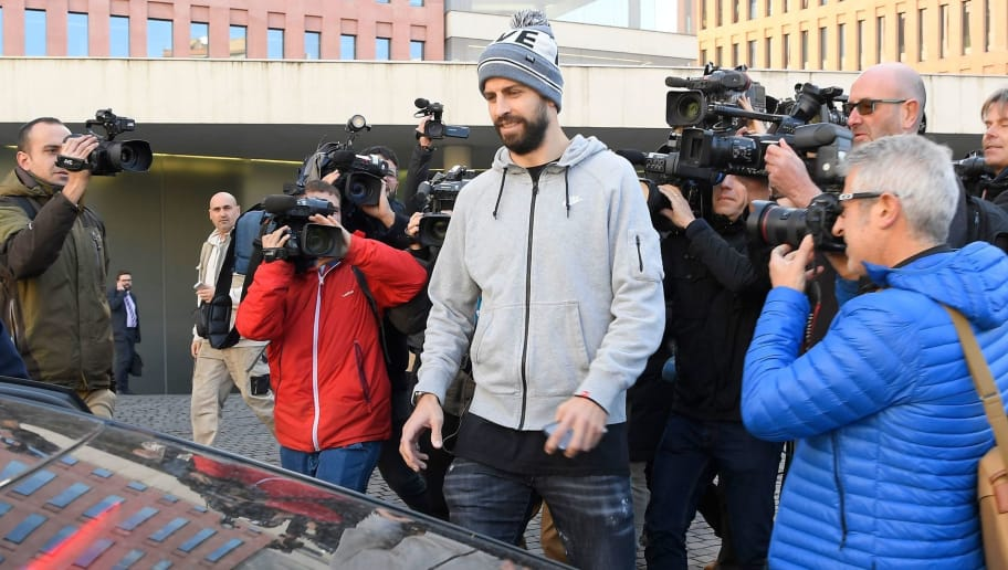 Journalists gather around Barcelona's Spanish defender Gerard Pique (C) as he leaves after appearing in court for driving without a valid licence in Barcelona on November 26, 2018. (Photo by LLUIS GENE / AFP)        (Photo credit should read LLUIS GENE/AFP/Getty Images)