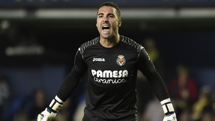 Villarreal's Argentinian goalkeeper Sergio Asenjo reacts during the Spanish league football match between Villarreal and Valencia at the La Ceramica stadium in Villarreal on May 5, 2018. (Photo by JOSE JORDAN / AFP)        (Photo credit should read JOSE JORDAN/AFP/Getty Images)
