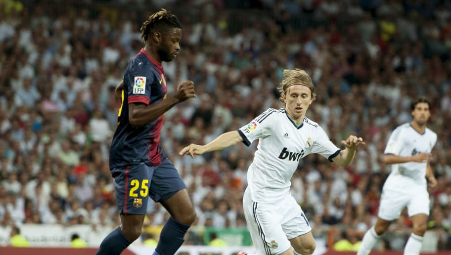 Barcelona's midfielder Alenxandre Song (L) vies with Real Madrid's midfielder Luka Modric during the second leg of the Spanish Supercup football match on August 29, 2012 at the Santiago Bernabeu stadium in Madrid. AFP PHOTO/ DANI POZO        (Photo credit should read DANI POZO/AFP/GettyImages)