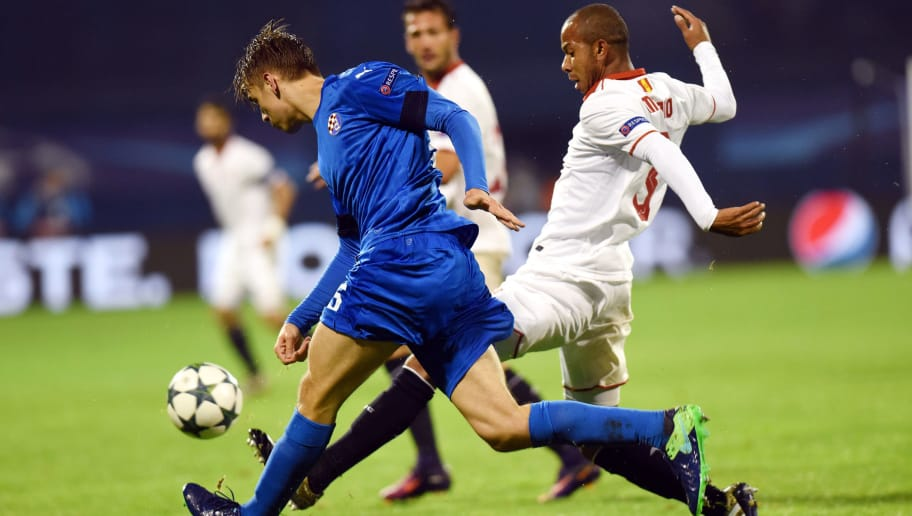 Sevilla's midfielder Mariano Ferreira (R) vies with Dinamo's defender Borna Sosa during the UEFA Champions League football match between GNK Dinamo Zagreb and Sevilla at the Maksimir stadium in Zagreb on October 18, 2016. / AFP / STR        (Photo credit should read STR/AFP/Getty Images)