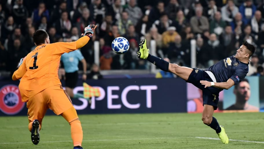 Juventus' Polish goalkeeper Wojciech Szczesny (L) goes for the ball under pressure from Manchester United's Chilean striker Alexis Sanchez during the UEFA Champions League group H football match Juventus vs Manchester United at the Allianz stadium in Turin on November 7, 2018. (Photo by Marco BERTORELLO / AFP)        (Photo credit should read MARCO BERTORELLO/AFP/Getty Images)