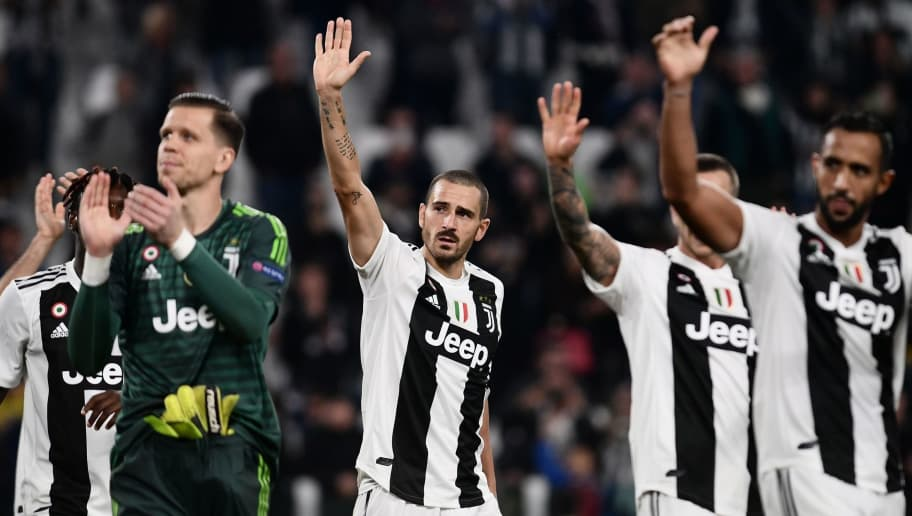 Juventus' Italian defender Leonardo Bonucci (C) and teammates acknowledge the public after the UEFA Champions League group H football match between Juventus and Young Boys on October 2, 2018 at the Juventus stadium in Turin. (Photo by Marco BERTORELLO / AFP)        (Photo credit should read MARCO BERTORELLO/AFP/Getty Images)