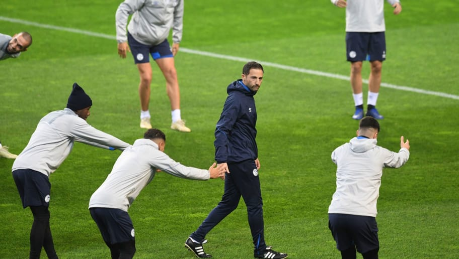 Schalke's German coach Domenico Tedesco (C) attends a training session at the Dragao stadium in Porto on November 27, 2018 on the eve of the UEFA Champions League group D football match between Porto and Schalke 04. (Photo by FRANCISCO LEONG / AFP)        (Photo credit should read FRANCISCO LEONG/AFP/Getty Images)