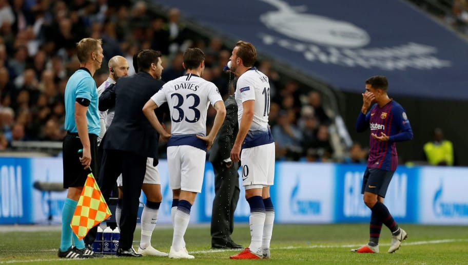 Tottenham Hotspur's Argentinian head coach Mauricio Pochettino (3L) talks to Tottenham Hotspur's Welsh defender Ben Davies and Tottenham Hotspur's English striker Harry Kane during the Champions League group B football match match between Tottenham Hotspur and Barcelona at Wembley Stadium in London, on October 3, 2018. (Photo by Ian KINGTON / IKIMAGES / AFP)        (Photo credit should read IAN KINGTON/AFP/Getty Images)