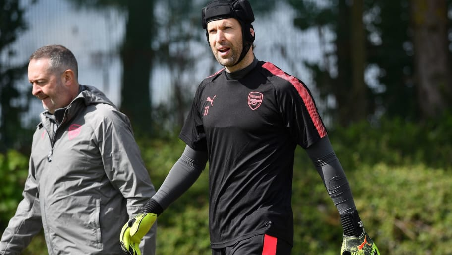 Arsenal's Czech goalkeeper Petr Cech attends a training session on the eve of their Europa League first leg semi-final football match against Atletico Madrid at Arsenal's London Colney training ground on April 25, 2018. (Photo by Ben STANSALL / AFP)        (Photo credit should read BEN STANSALL/AFP/Getty Images)