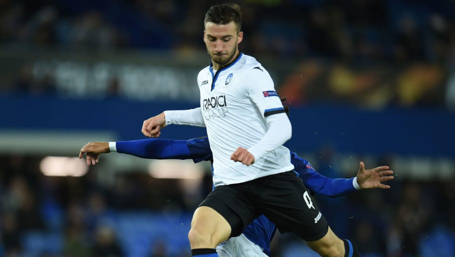 Everton's English-born Welsh defender Ashley Williams (L) challenges Atalanta's Italian midfielder Bryan Cristante during the UEFA Europa League Group E football match between Everton and Atalanta at Goodison Park in Liverpool, north west England on November 23, 2017. / AFP PHOTO / Oli SCARFF        (Photo credit should read OLI SCARFF/AFP/Getty Images)