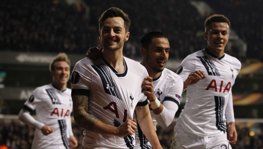 Tottenham Hotspur's English midfielder Ryan Mason (2L) celebrates scoring his team's first goal during the UEFA Europa League round of 32, second leg football match between Tottenham Hotspur and Fiorentina at White Hart Lane in London, on February 25, 2016. / AFP / Ian Kington        (Photo credit should read IAN KINGTON/AFP/Getty Images)
