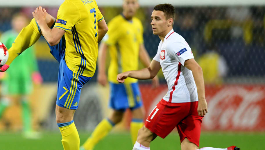 Sweden's midfielder Alexander Fransson (L) and Poland's midfielder Przemyslaw Frankowski vie for the ball during the UEFA U-21 European Championship Group A football match Poland v Sweden in Lublin, Poland on June 19, 2017. / AFP PHOTO / JANEK SKARZYNSKI        (Photo credit should read JANEK SKARZYNSKI/AFP/Getty Images)