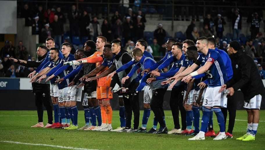 Strasbourg's players celebrate their victory at the end of the French L1 football match between Strasbourg (RCSA) and Nice (OGCN) on December 22, 2018 at the Meinau stadium in Strasbourg, eastern France. (Photo by FREDERICK FLORIN / AFP)        (Photo credit should read FREDERICK FLORIN/AFP/Getty Images)