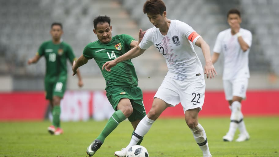 South Korea's midfielder Ki Sung-yueng (R) vies for a ball with Bolivia's Leonel Justiniano Arauz (L) during the international friendly football match between South Korea and Bolivia at Tivoli stadium in Innsbruck, Austria on June 07, 2018. (Photo by VLADIMIR SIMICEK / AFP)        (Photo credit should read VLADIMIR SIMICEK/AFP/Getty Images)