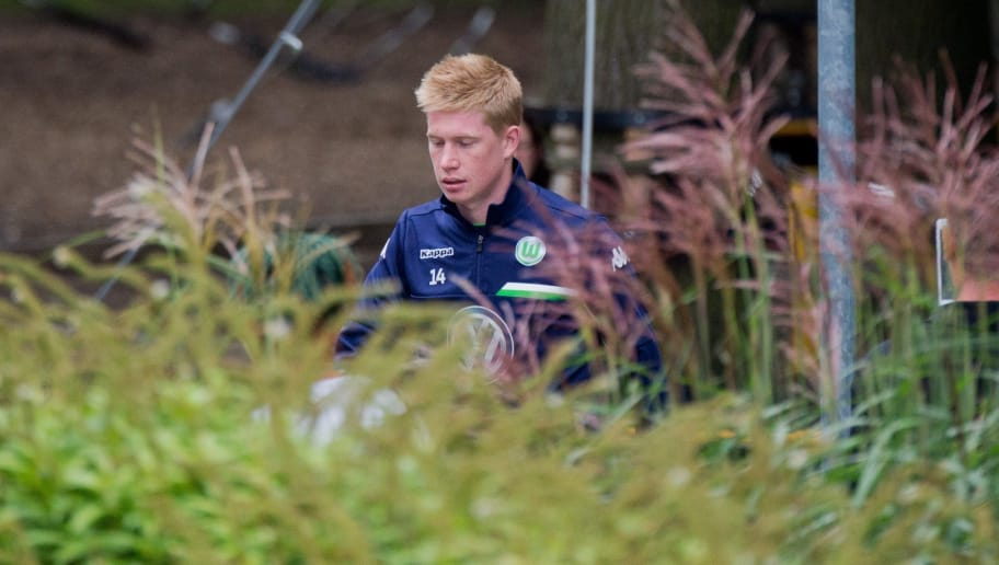 Wolfsburg's Belgian midfielder Kevin De Bruyne arrives for a training session at the Volkswagen Arena on August 27, 2015.  Wolfsburg denied German media reports they have agreed a transfer fee with Manchester City for Belgium midfielder Kevin de Bruyne, but admit they are negotiating.  AFP PHOTO / DPA / JULIAN STRATENSCHULTE   +++ GERMANY OUT +++        (Photo credit should read JULIAN STRATENSCHULTE/AFP/Getty Images)