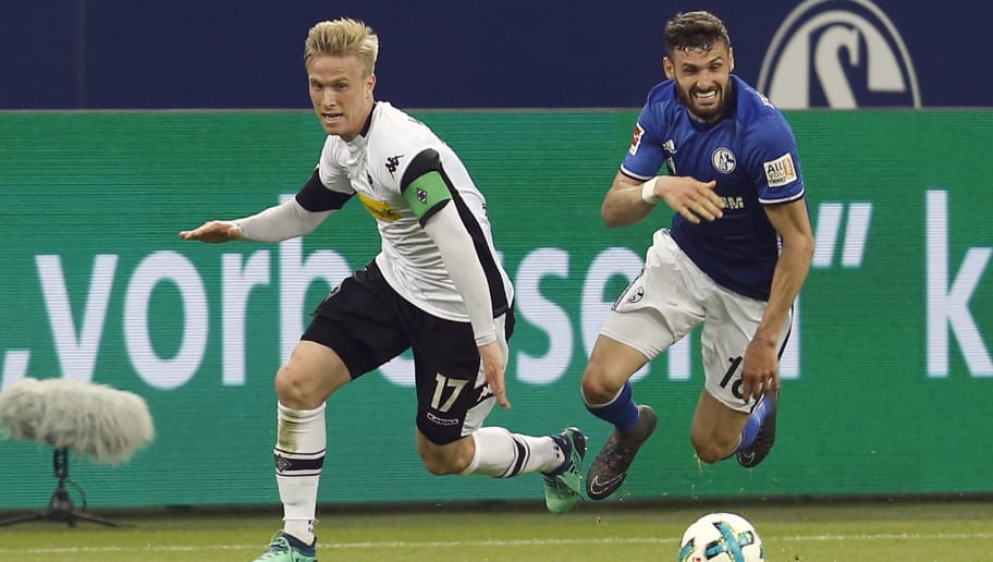 Moenchengladbach's Swedish defender Oscar Wendt (L) vies with Schalke's Italian midfielder Daniel Caligiuri (R) during the German first division Bundesliga football match Schalke 04 vs Borussia Moenchengladbach in Gelsenkirchen, western Germany on April 28, 2018. (Photo by LEON KUEGELER / AFP) / RESTRICTIONS: DURING MATCH TIME: DFL RULES TO LIMIT THE ONLINE USAGE TO 15 PICTURES PER MATCH AND FORBID IMAGE SEQUENCES TO SIMULATE VIDEO. == RESTRICTED TO EDITORIAL USE == FOR FURTHER QUERIES PLEASE CONTACT DFL DIRECTLY AT + 49 69 650050        (Photo credit should read LEON KUEGELER/AFP/Getty Images)