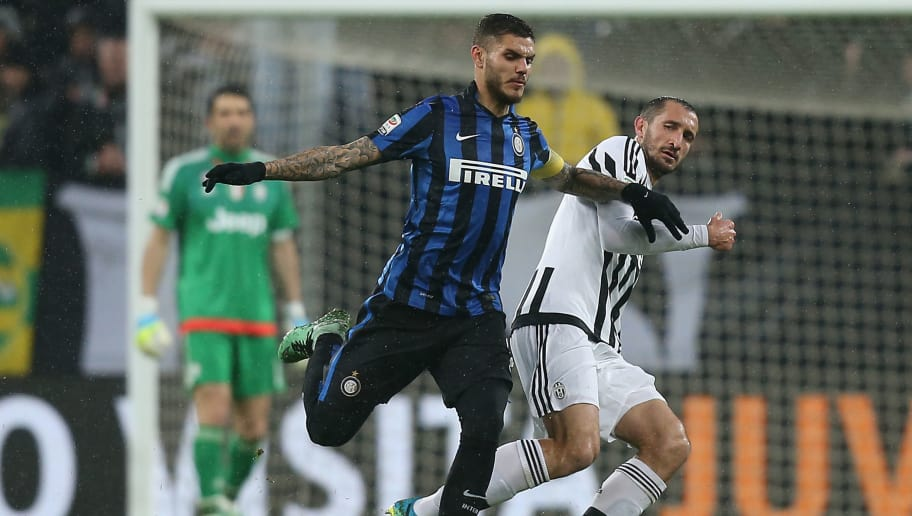 Inter Milan's Argentinian forward Mauro Emanuel Icardi (L) vies for the ball with Juventus' Italian defender Giorgio Chiellini, during the Italian Serie A  football match Juventus Vs Inter Milan on February 28, 2016 at the 'Juventus Stadium' in Turin.   / AFP / MARCO BERTORELLO        (Photo credit should read MARCO BERTORELLO/AFP/Getty Images)