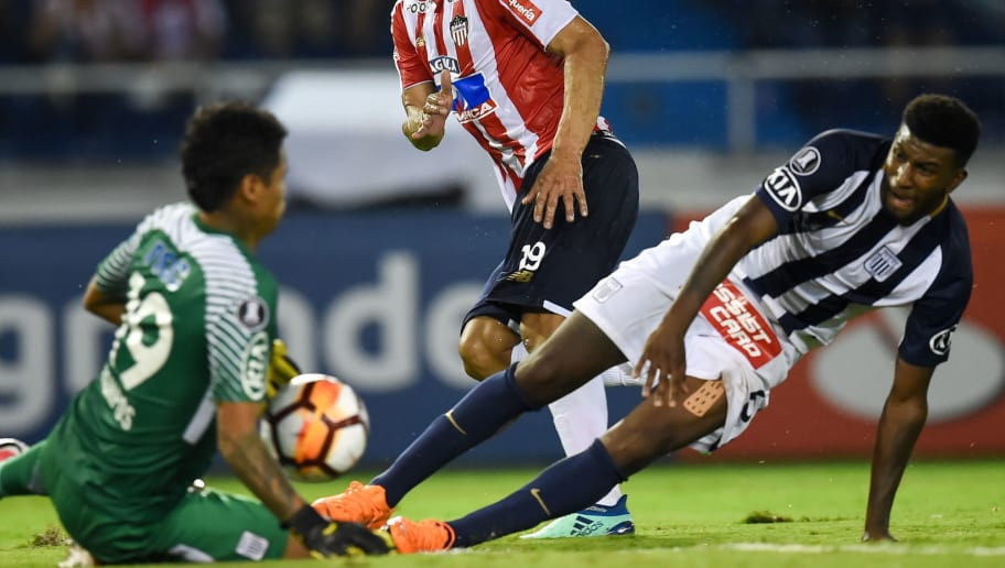 Colombia's Atletico Junior Teofilo Gutierrez (C) tries to score past Peru's Alianza Lima Carlos Ascues (R) and goalkeeper Angelo Campos during their Copa Libertadores football match at the Roberto Melendez stadium in Barranquilla, Colombia, on April 26, 2018. (Photo by Raul ARBOLEDA / AFP)        (Photo credit should read RAUL ARBOLEDA/AFP/Getty Images)