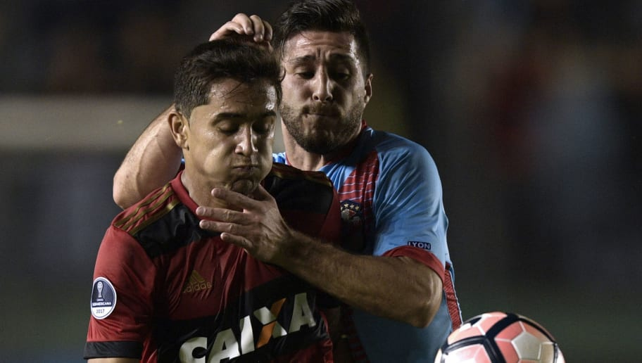 Brazil's Sport Recife midfielder Everton Felipe (L) vies for the ball with Argentina's Arsenal defender Federico Milo during their Copa Sudamericana second stage second leg football match at the Arsenal stadium in Sarandi, Buenos Aires, on July 27, 2017. / AFP PHOTO / Juan MABROMATA        (Photo credit should read JUAN MABROMATA/AFP/Getty Images)