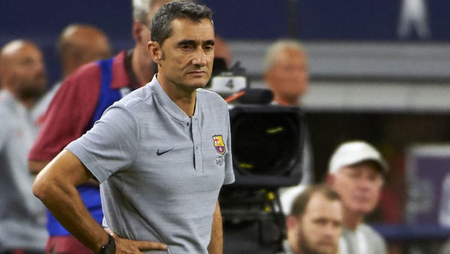 FC Barcelona's head coach Ernesto Valverde looks on during the International Champions Cup (ICC) friendly football match between AS Roma and FC Barcelona on July 31, 2018 at AT&T Stadium in Arlington, Texas. (Photo by Cooper NEILL / AFP)        (Photo credit should read COOPER NEILL/AFP/Getty Images)