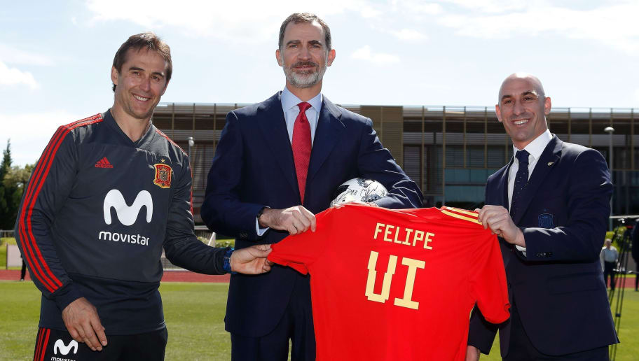 Spain's king Felipe VI (C) holds a football jersey with his name as he poses with Spanish Royal Footbal Federation (RFEF) president Luis Manuel Rubiales (R) and Spain's coach Julen Lopetegui during the king's visit to the Spain's national football team at Las Rozas de Madrid sports city on June 7, 2018. (Photo by CARMELO RUBIO / POOL / AFP)        (Photo credit should read CARMELO RUBIO/AFP/Getty Images)