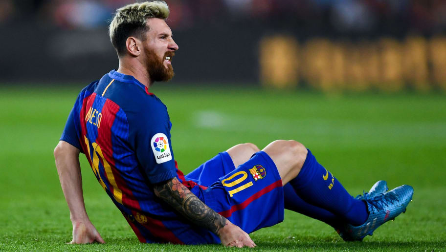 BARCELONA, SPAIN - SEPTEMBER 21:  Lionel Messi of FC Barcelona reacts injured on the pitch during the La Liga match between FC Barcelona and Club Atletico de Madrid at the Camp Nou stadium on September 21, 2016 in Barcelona, Spain.  (Photo by David Ramos/Getty Images)