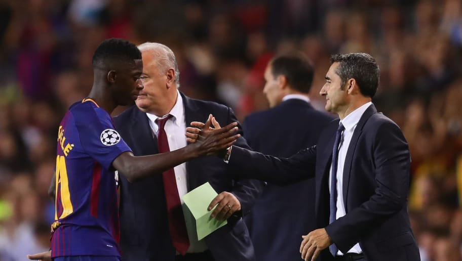 BARCELONA, SPAIN - SEPTEMBER 12: Ernesto Valverde, Head Coach of FC Barcelona shakes hands with Ousmane Dembele of FC Barcelona at a substitution during the UEFA Champions League group D match between FC Barcelona and Juventus at Camp Nou on September 12, 2017 in Barcelona, Spain.  (Photo by Chris Brunskill Ltd/Getty Images)