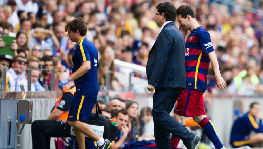 BARCELONA, SPAIN - SEPTEMBER 26: Lionel Messi of FC Barcelona is substituted after getting injured during the La Liga match between FC Barcelona and UD Las Palmas at Camp Nou on September 26, 2015 in Barcelona, Spain. (Photo by Alex Caparros/Getty Images)