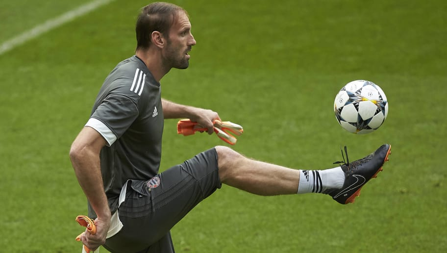 MADRID, SPAIN - APRIL 30: Goalkeeper Tom Starke a training session held ahead of the UEFA Champions League semifinal second league match between Real Madrid CF and FC Bayern Munchen at Estadio Santiago Bernabeu on April 30, 2018 in Madrid, Spain. (Photo by Gonzalo Arroyo Moreno/Bongarts/Getty Images)
