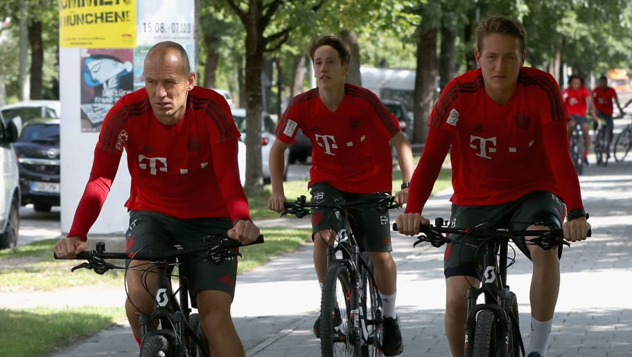 MUNICH, GERMANY - JULY 12:  Arjen Robben, Jonas Kehl and goalkeeper Ron-Thorben Hoffmann (L-R) of FC Bayern Muenchen ride bicycles during a training session near the club's Saebener Strasse training ground on July 12, 2018 in Munich, Germany.  (Photo by Alexandra Beier/Bongarts/Getty Images)