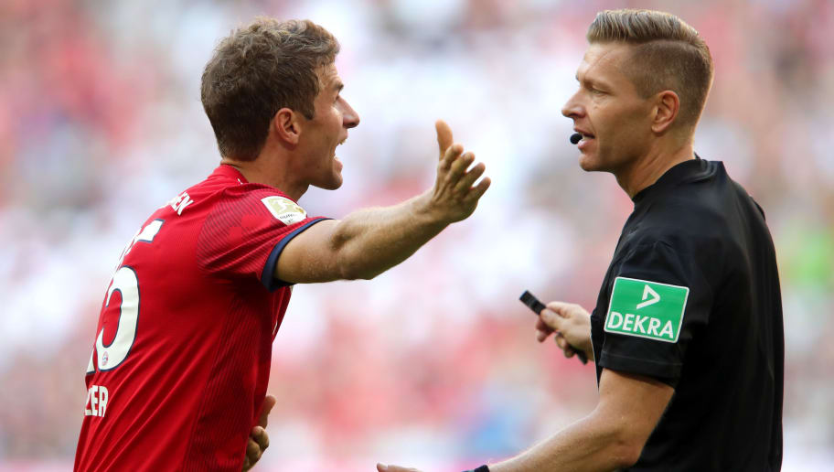 MUNICH, GERMANY - SEPTEMBER 15: Thomas Mueller of Bayern Munich argues with referee Tobias Welz during the Bundesliga match between FC Bayern Muenchen and Bayer 04 Leverkusen at Allianz Arena on September 15, 2018 in Munich, Germany.  (Photo by Alexander Hassenstein/Bongarts/Getty Images)