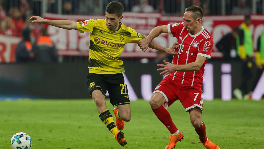 MUNICH, GERMANY - MARCH 31: Christian Mate Pulisic of Dortmund and Franck Ribery of Muenchen battle for the ball during the Bundesliga match between Bayern Muenchen and Borussia Dortmund at Allianz Arena on March 31, 2018 in Munich, Germany. (Photo by TF-Images/Getty Images)