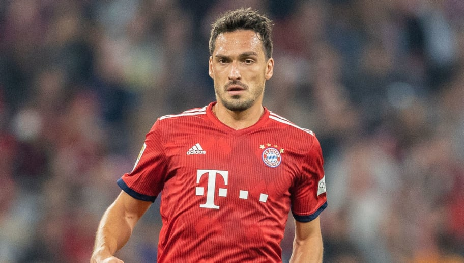 MUNICH, GERMANY - OCTOBER 06: Mats Hummels of FC Bayern Muenchen runs with the ball during the Bundesliga match between FC Bayern Muenchen and Borussia Moenchengladbach at Allianz Arena on October 6, 2018 in Munich, Germany. (Photo by Boris Streubel/Getty Images)