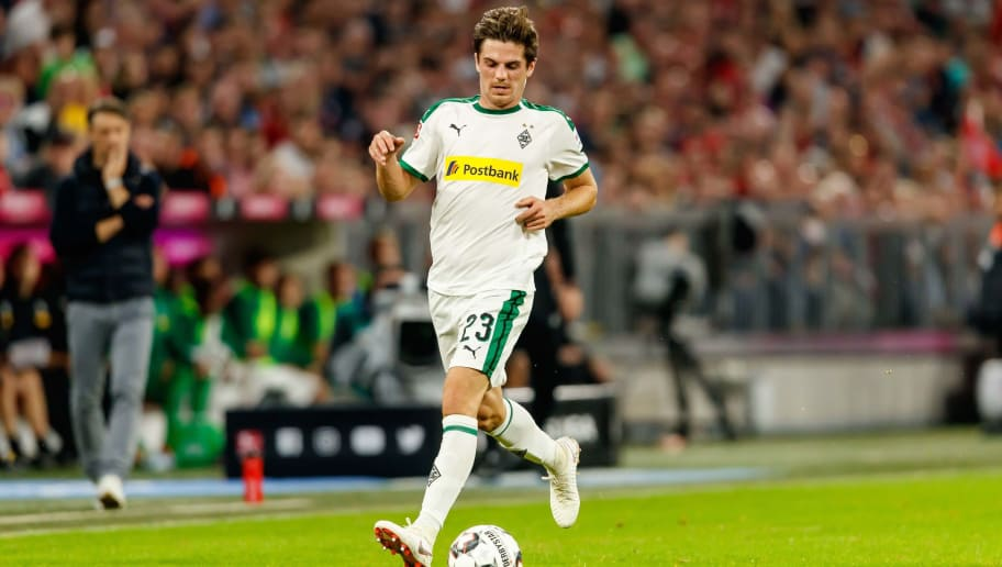 MUNICH, GERMANY - OCTOBER 06: Jonas Hofmann of Borussia Moenchengladbach controls the ball during the Bundesliga match between FC Bayern Muenchen and Borussia Moenchengladbach at Allianz Arena on October 6, 2018 in Munich, Germany. (Photo by TF-Images/Getty Images)