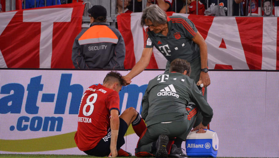 MUNICH, GERMANY - AUGUST 28: Leon Goretzka of Bayern Muenchen receives medical help from Hans-Wilhelm Mueller-Wohlfarth of Bayern Muenchen during the friendly match between FC Bayern Muenchen and Chicago Fire at Allianz Arena on August 28, 2018 in Munich, Germany. (Photo by TF-Images/Getty Images)