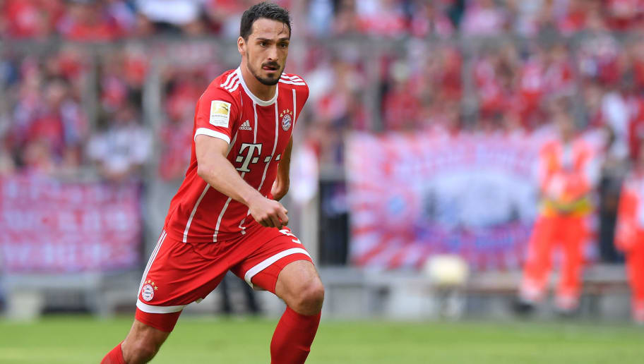 MUNICH, GERMANY - APRIL 28: Mats Hummels of Bayern Muenchen plays the ball during the Bundesliga match between FC Bayern Muenchen and Eintracht Frankfurt at Allianz Arena on April 28, 2018 in Munich, Germany. (Photo by Sebastian Widmann/Bongarts/Getty Images)