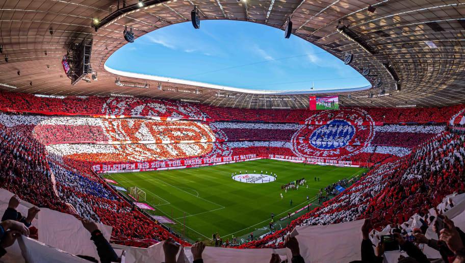 Die Fans von FC Bayern Muenchen machen eine Choreographie
