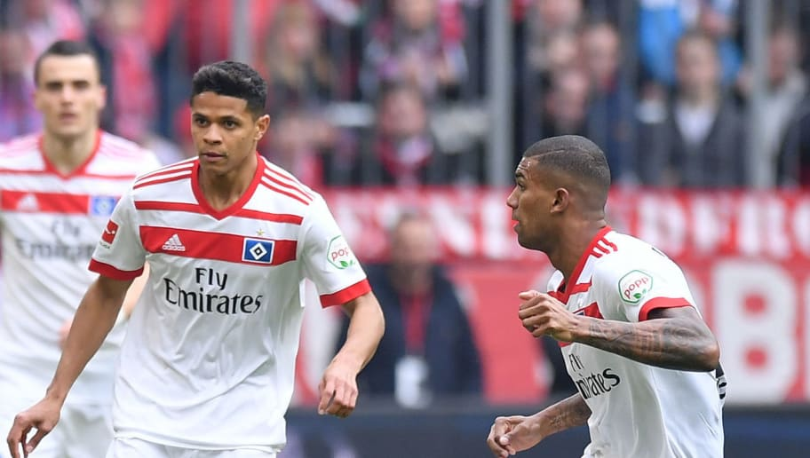 MUNICH, GERMANY - MARCH 10: Thomas Mueller of Bayern Muenchen plays the ball as Douglas Santos and Walace of Hamburg watch during the Bundesliga match between FC Bayern Muenchen and Hamburger SV at Allianz Arena on March 10, 2018 in Munich, Germany. (Photo by Sebastian Widmann/Bongarts/Getty Images)