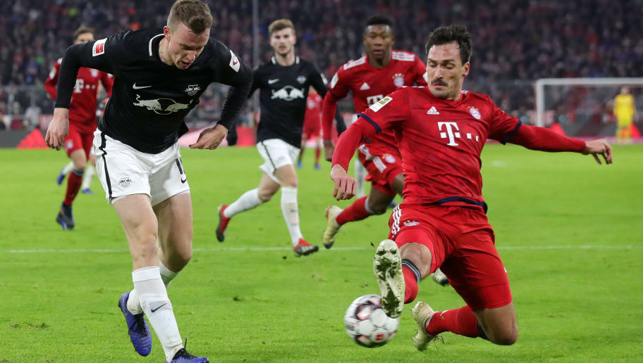 MUNICH, GERMANY - DECEMBER 19:  Lukas Klostermann of RB Leipzig crosses the ball under pressure from Mats Hummels of Bayern Munich during the Bundesliga match between FC Bayern Muenchen and RB Leipzig at Allianz Arena on December 19, 2018 in Munich, Germany.  (Photo by Alexander Hassenstein/Bongarts/Getty Images)