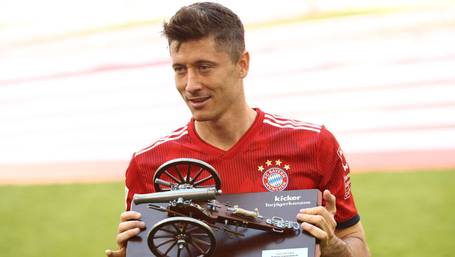 MUNICH, GERMANY - MAY 12: Robert Lewandowski of Bayern Muenchen hold the trophy for the top goalscorer of the season after the Bundesliga match between FC Bayern Muenchen and VfB Stuttgart at Allianz Arena on May 12, 2018 in Munich, Germany. (Photo by Adam Pretty/Bongarts/Getty Images)