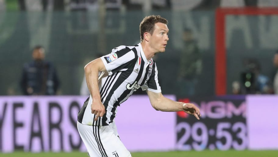 CROTONE, ITALY - APRIL 18:  Stephan Lichtsteiner of Crotone competes for the ball with Claudio Marchisio of Juvnetus during the serie A match between FC Crotone and Juventus at Stadio Comunale Ezio Scida on April 18, 2018 in Crotone, Italy.  (Photo by Maurizio Lagana/Getty Images)