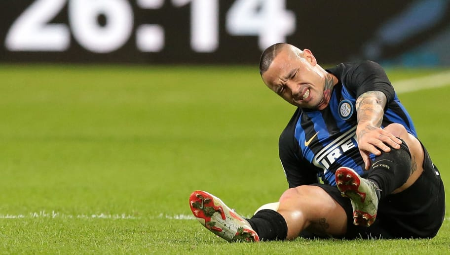 MILAN, ITALY - OCTOBER 21:  Radja Nainggolan of FC Internazionale lies injured during the Serie A match between FC Internazionale and AC Milan at Stadio Giuseppe Meazza on October 21, 2018 in Milan, Italy.  (Photo by Emilio Andreoli/Getty Images)