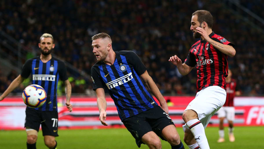 MILAN, ITALY - OCTOBER 21: Milan Skriniar of FC Internazionale and Gonzalo Higuain of AC Milan during the Serie A match between FC Internazionale and AC Milan at Stadio Giuseppe Meazza on October 21, 2018 in Milan, Italy. (Photo by Robbie Jay Barratt - AMA/Getty Images)