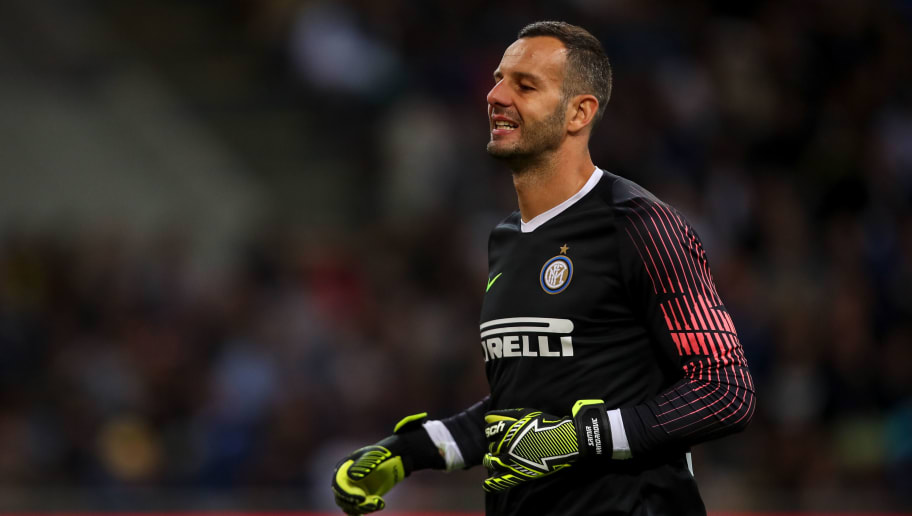MILAN, ITALY - SEPTEMBER 25: Samir Handanovic of FC Internazionale during the Serie A match between FC Internazionale v ACF Fiorentina at Stadio Giuseppe Meazza on September 25, 2018 in Milan, Italy. (Photo by Robbie Jay Barratt - AMA/Getty Images)