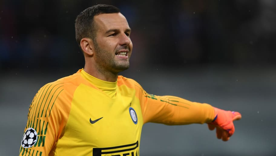 MILAN, ITALY - NOVEMBER 06: Samir Handanovic of Inter in action during the Group B match of the UEFA Champions League between FC Internazionale and FC Barcelona at San Siro Stadium on November 06, 2018 in Milan, Italy. (Photo by Etsuo Hara/Getty Images)