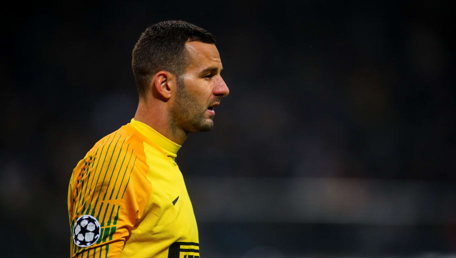 MILAN, ITALY - NOVEMBER 06: Samir Handanovic of FC Internazionale during the Group B match of the UEFA Champions League between FC Internazionale and FC Barcelona at San Siro Stadium on November 6, 2018 in Milan, Italy. (Photo by Robbie Jay Barratt - AMA/Getty Images)