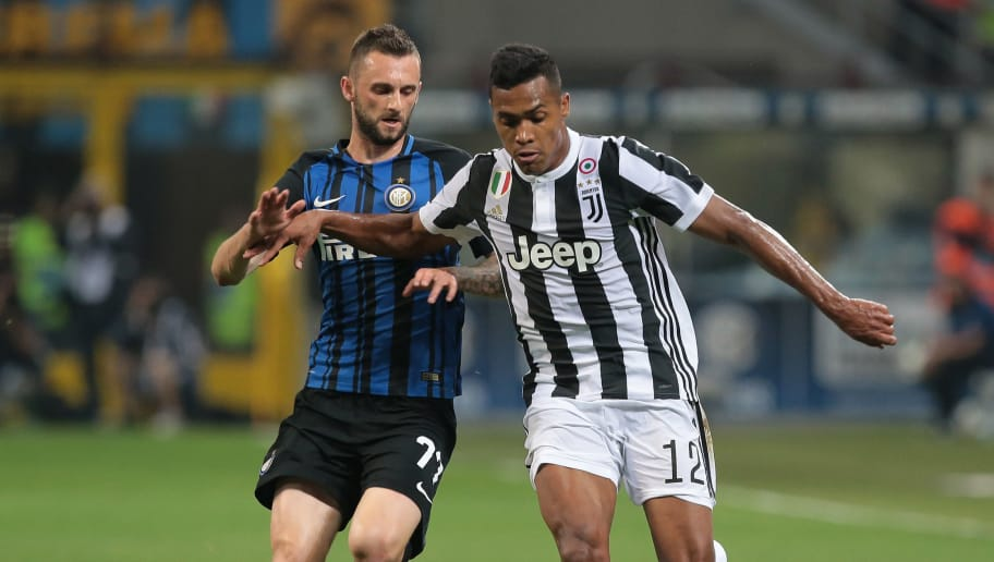 MILAN, ITALY - APRIL 28:  Alex Sandro (R) of Juventus FC is challenged by Marcelo Brozovic of FC Internazionale Milano during the serie A match between FC Internazionale and Juventus at Stadio Giuseppe Meazza on April 28, 2018 in Milan, Italy.  (Photo by Emilio Andreoli/Getty Images)