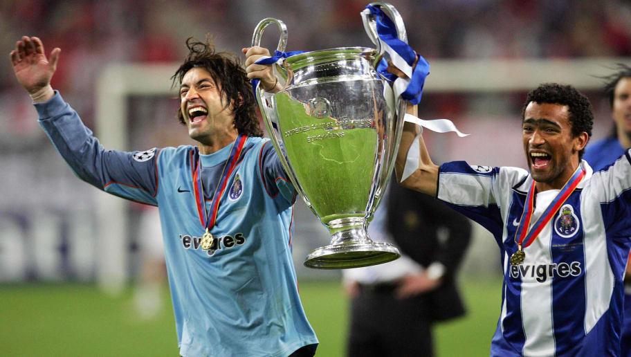 FC Porto's goalkeeper Vitor Baia (L) and